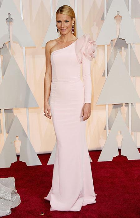 Гуинет Полтроу в пастелно розова рокля с един ръкав на Оскари 2015