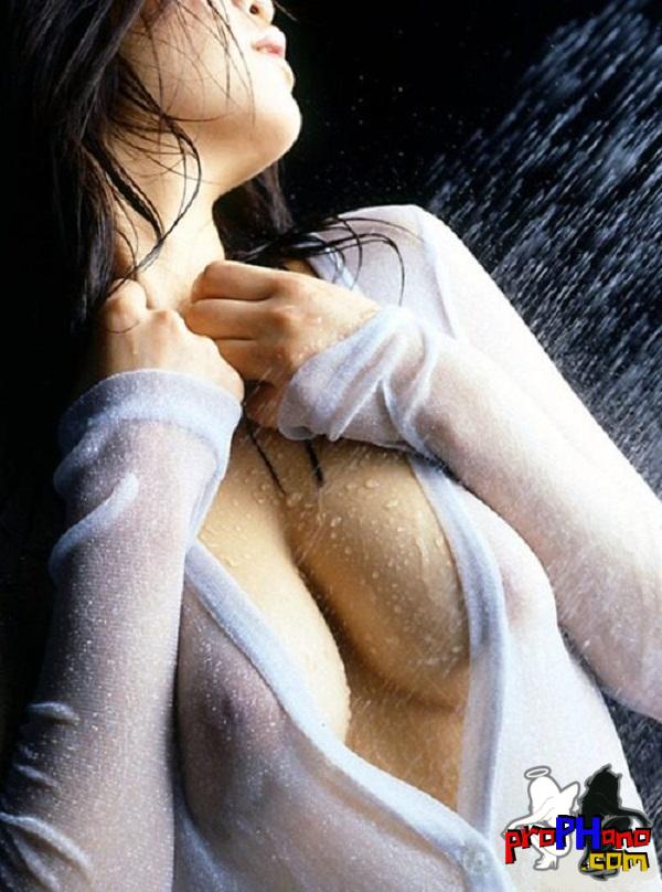 morena gostosa com blusa molhada
