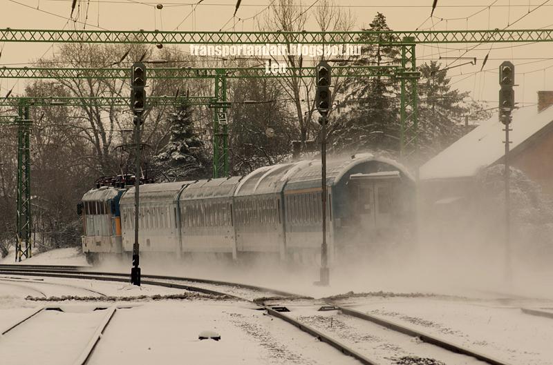 Vonat halad a Budapest–Újszász–Szolnok-vasútvonalon