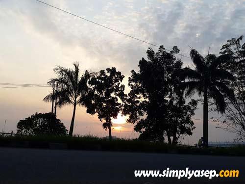 Menjajal dalam luar ruangan (out door). Matahari Terbit.  Lokasi Kubu Raya. Samsung Galaxy S4.  Foto Asep Haryono
