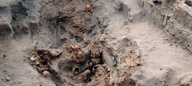Une importante chambre funéraire découverte au Pérou ! Tombes_perou_pachacamac