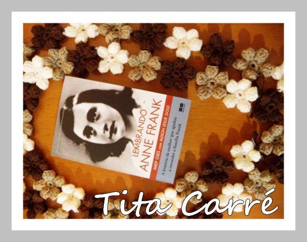 Lembrando Anne Frank com um cachecol de flores em crochet