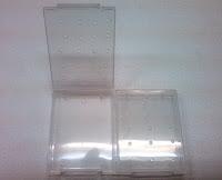 SDカードなどを入れるケースに穴をあけた状態の写真