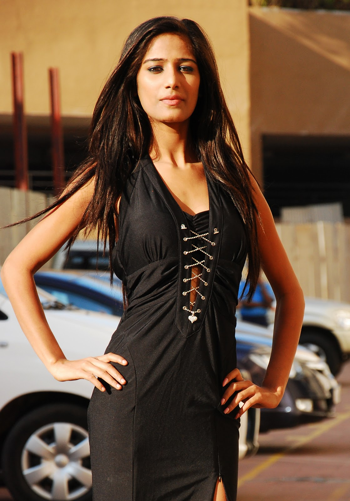 Poonam Pandey Wallpaper, Poonam Pandey strip Pictures, Poonam Pandey strip images, Poonam Pandey Strip Photos, Gallery, pics
