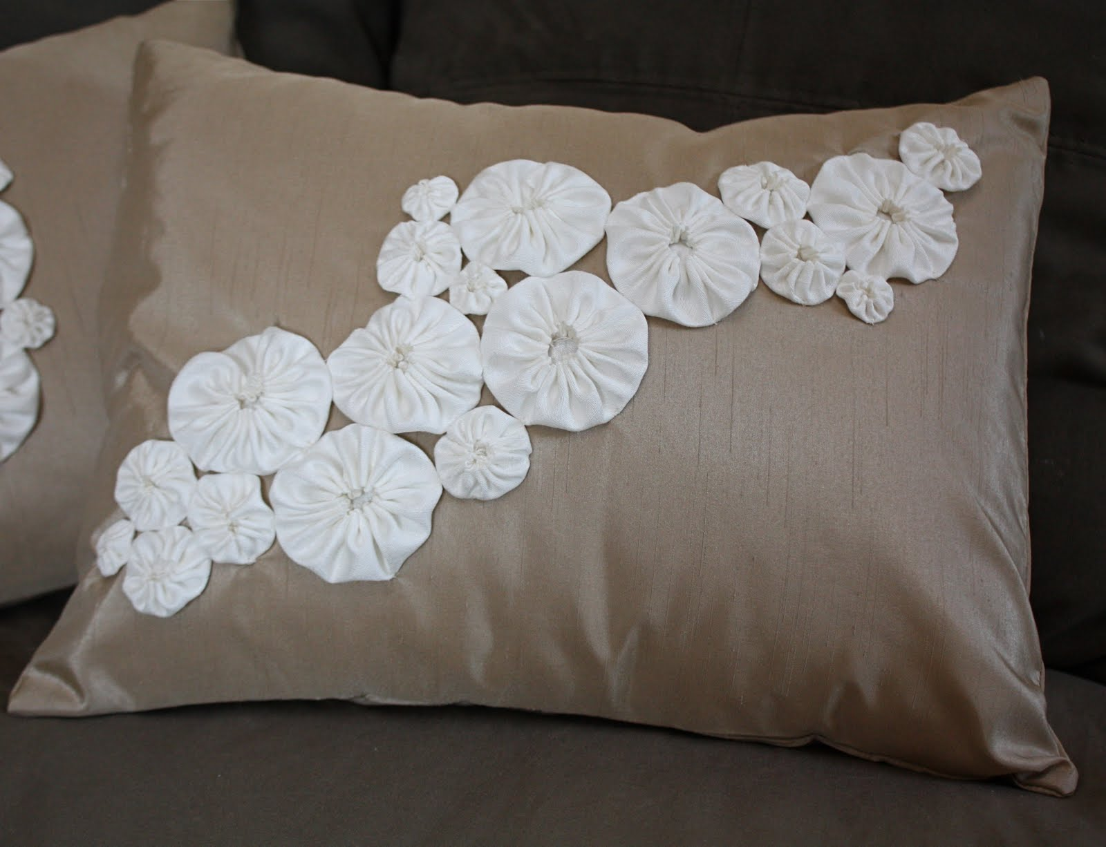 How To Make Cute Pillows Out Of Fabric : At Second Street: yo-yo pillows- AccuQuilt tutorial