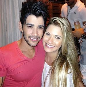 Gamou! Gusttavo Lima posa abraçado com Andressa Suita