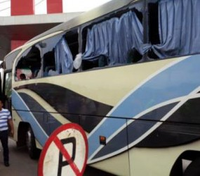 MOBIL BUS PEMAIN DAN OFICIAL PERSIB BANDUNG DI LEMPARI BATU JAKMANIA SABTU 22 JUNI 2013