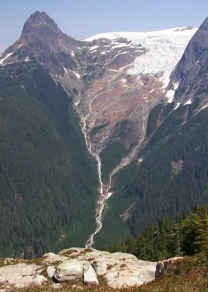 شلال ألفريد كريك هو واحد من أطول الشلالات في أمريكا الشمالية. يخرج من جليد ألفريد ويتعاقب أسفل جدار حجر الأساس متين ل700 متر قبل أن يضرب على مروحة كبيرة من الطمي. تقع في ساحل صن شاين في كندا ويقدر ارتفاع الشلال بـ 2،296 قدم (700 متر).