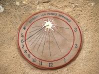 Detall del rellotge de sol de la façana de Can Deu
