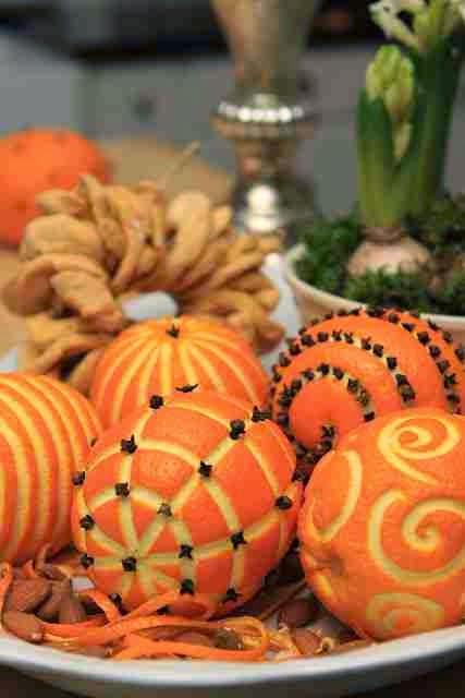 Bożonarodzeniowe pomarańcze ozdobione goździkami