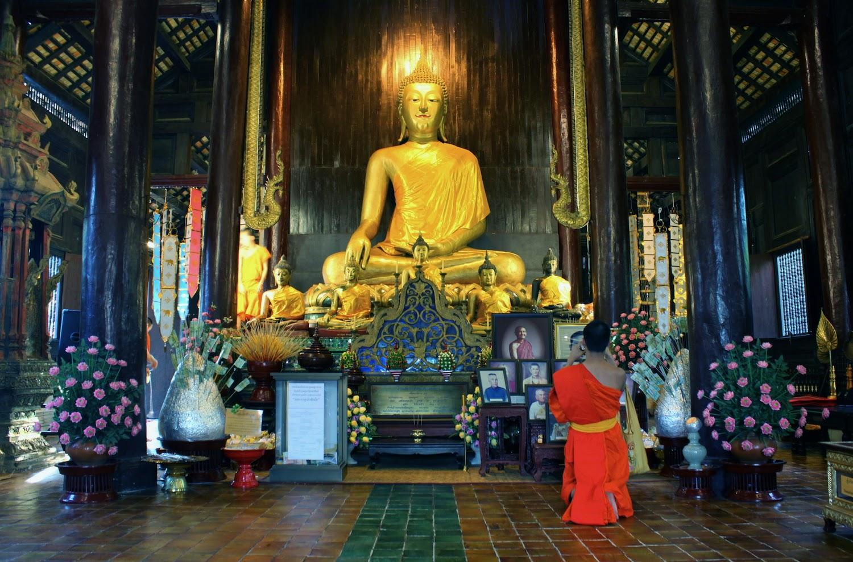 Il preghiera di fronte al Buddha al Wat - foto di Elisa Chisana Hoshi