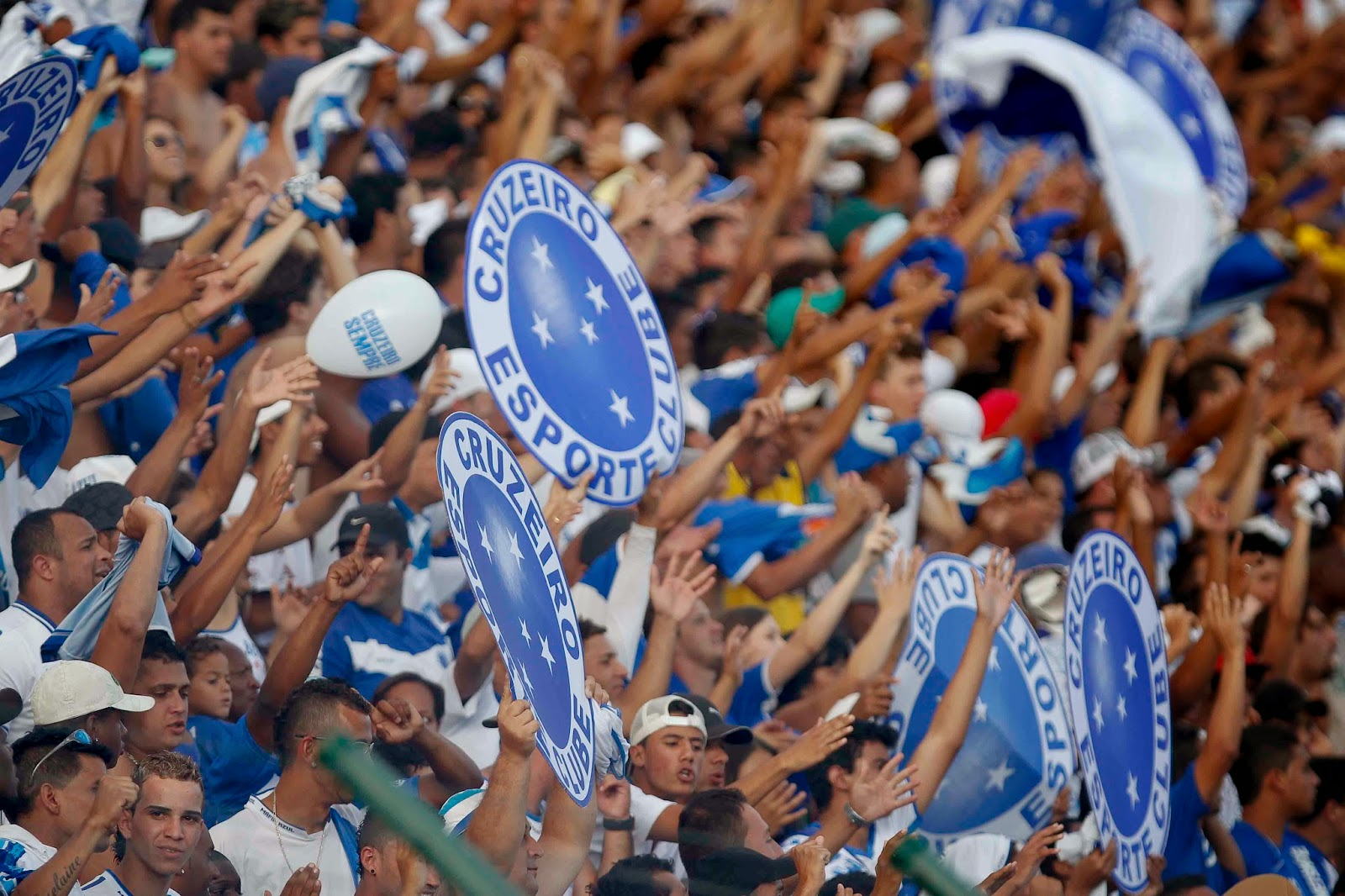 Torcida do Cruzeiro segura o escudo do time