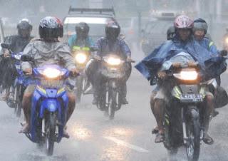 Tips Aman Berkendara Menghadapi Hujan
