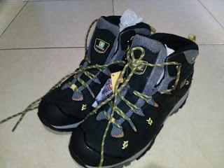 Hal paling menyebalkan saat awal - awal mendaki gunung adalah ketika tali sepatu gunung sering terlepas