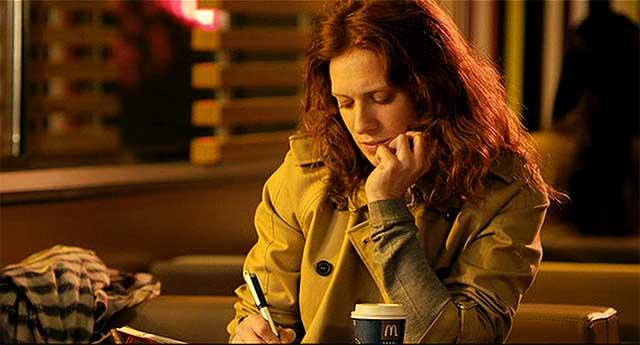 Chica escribiendo en un McDonald's