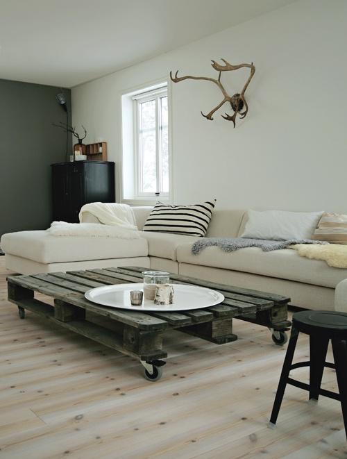26 pallet table moveable piece of art pallet furniture for Pallet furniture blogspot com