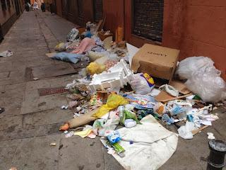 Foto de una calle de Madrid llena de basura