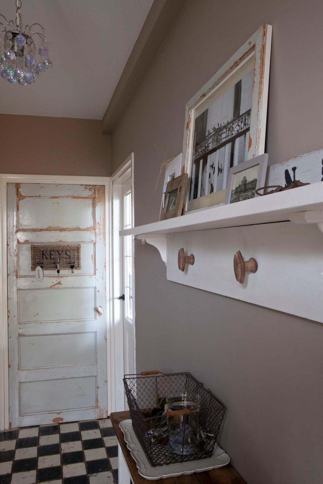 Kind van holland brocante over een oude paneeldeur en kleur op de muur - Kleur muur slaapkamer kind ...