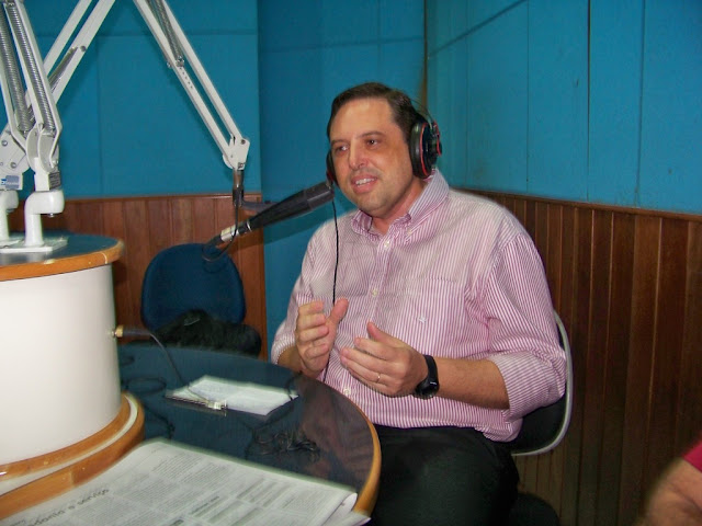 Prefeito Adriano divulga atrativos turísticos de Cananéia na Rádio Guarujá AM