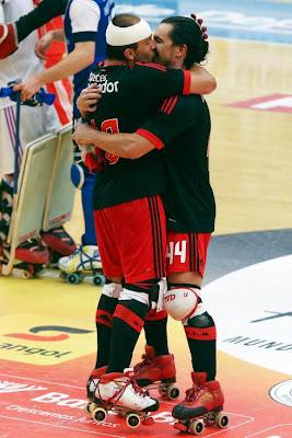 Jogadores do Benfica dão beijo na boca após vitória na liga dos campeões