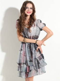 Vestido casual de gasa manga corta, cinturón, falda en tiempos y tela estampada