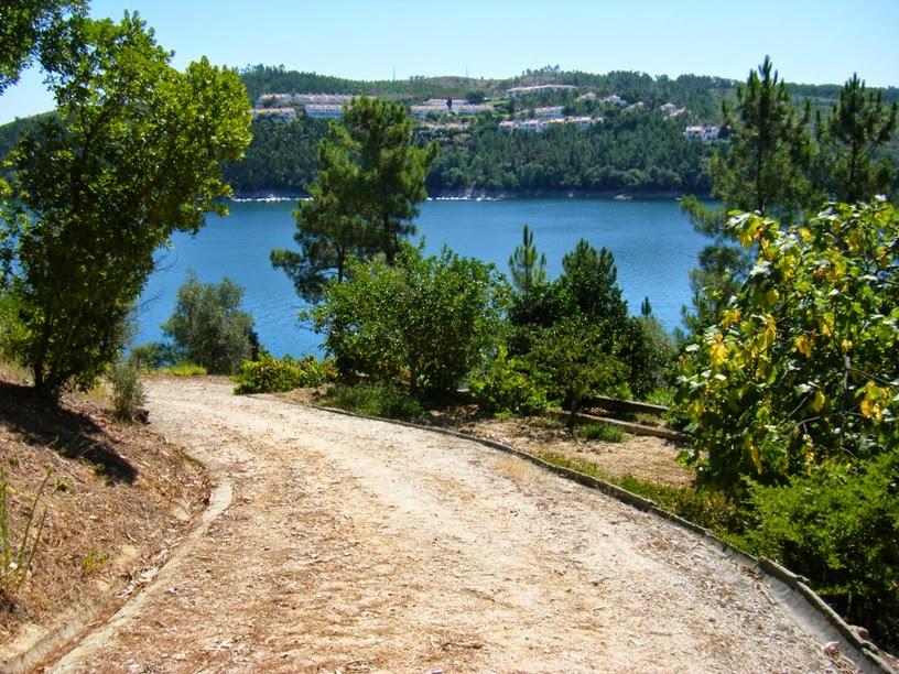 Caminho de terra batida de acesso a propriedade privada