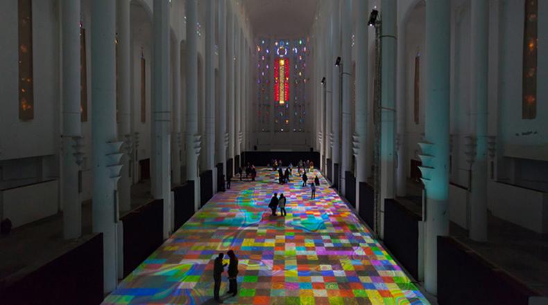 Alfombras virtuales producen un mágico espectáculo de luz en piso de Iglesia