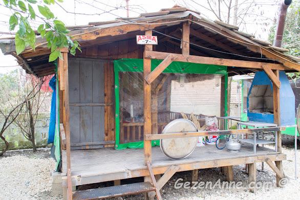 kahvaltı veya mangal yapılabilecek sobalı kulübelerden biri, Karaca kahvaltı evi Hatay