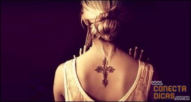 Cruz Tatuagens Femininas nas costas pequenas