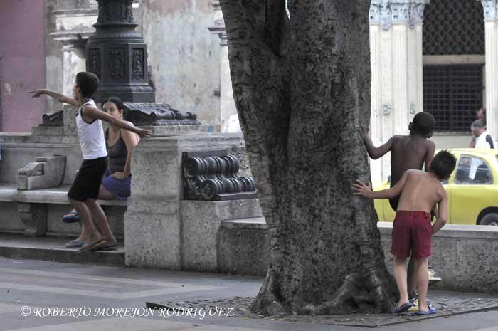Niños juegan a los escondidos  en el Paseo de Martí (Prado) en La Habana, Cuba, el 27 de junio de 2013.