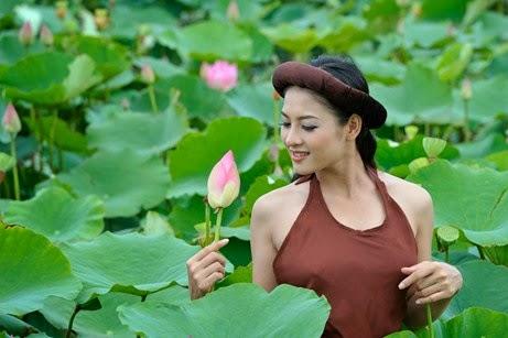 Thái Nhã Vân và hoa sen