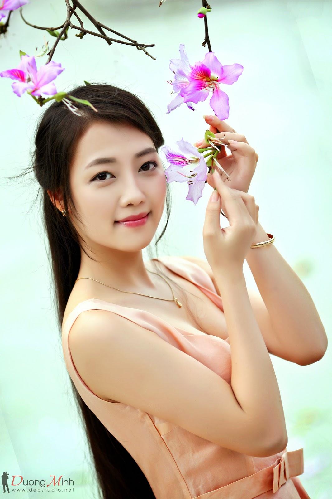 Hình đẹp thiếu nữ bên hoa ban - Ngô ngá