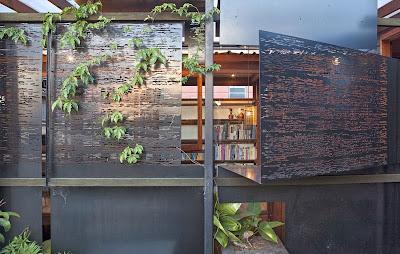 Rumah Teduh Dengan Material Kayu Dan Tanaman Hijau 3