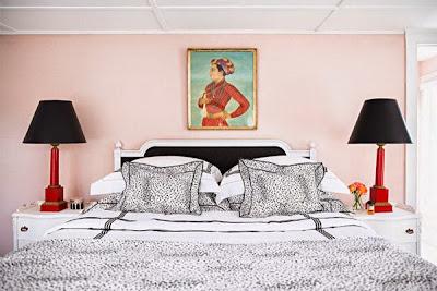 Neu-amerikanischer Einrichtungsstil: Glamour Wohnen in Schwarzweiß mit Leopardfell, Lack, Gold und Rot