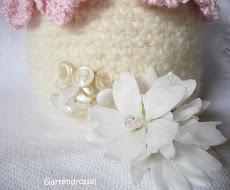 Aktuelles Headerbild: Häkelblümchen-Girlande am gefilzten Körbchen mit Anleitung