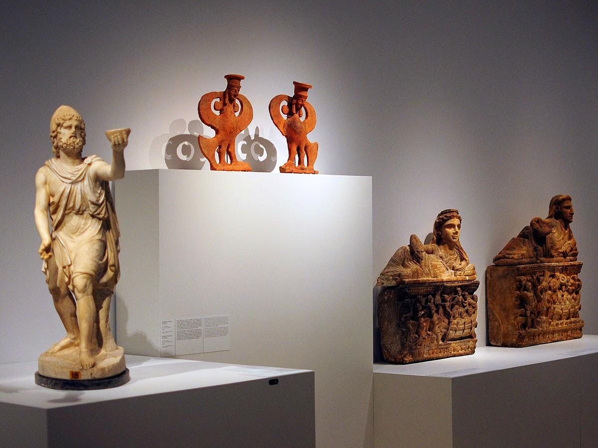 Relieves sepulcrales que representan dos escenas de la Odisea - Esculturas con formas de sirena -  Estatua de Ulises ofreciendo una copa de vino a Polifemo.