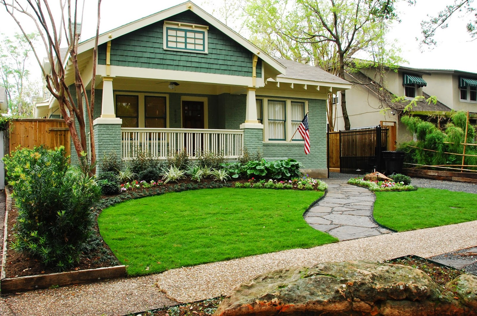 Small front yard landscaping ideas for Front yard landscape design photos