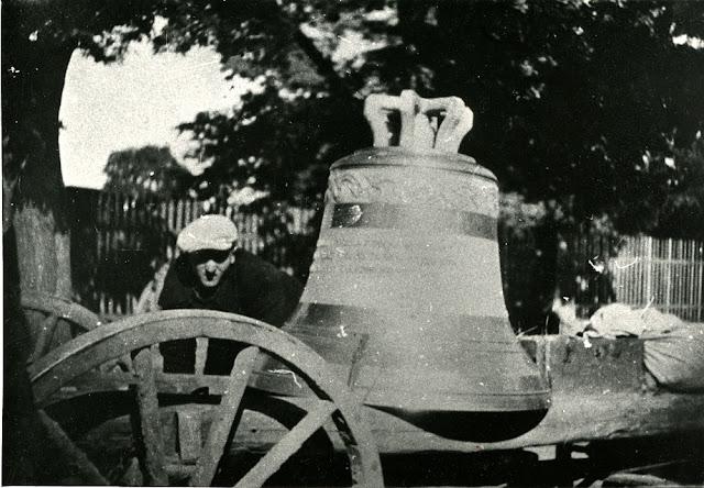 Końskie (?), transport zrabowanego dzwonu, zapewne na składnicę umiejscowioną obok stacji kolejowej. Fotografię udostępnił Marian Chochowski.