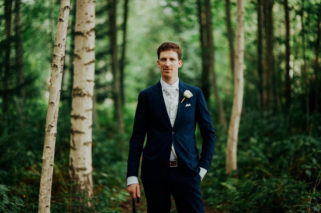 Bröllop i Torsång | Mattias med paraply