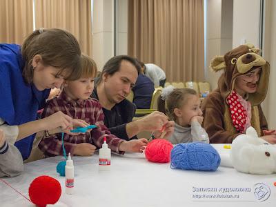 Дети, родители и сказочные персонажи плетут из ниток