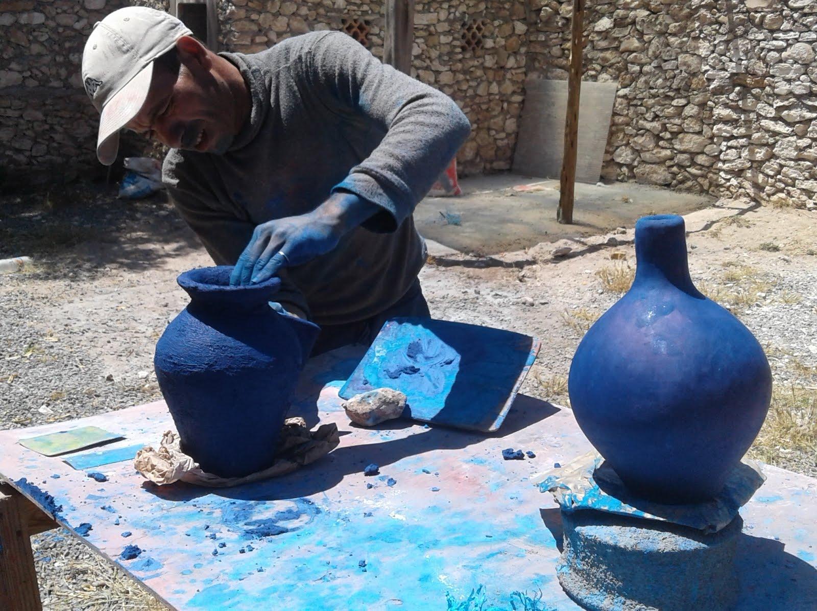 Le maalem enduit les poteries de tadelakt