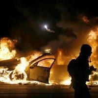 Καίγεται η Αμερική – Αθωώθηκε ο αστυνομικός που πυροβόλησε έξι φορές τον άοπλο νεαρό στο Φέργκιουσον