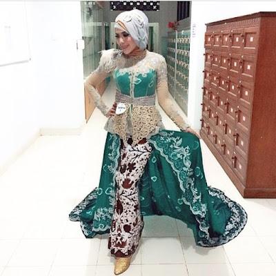 kebaya hijab warna hijau dengan rok batik panjang