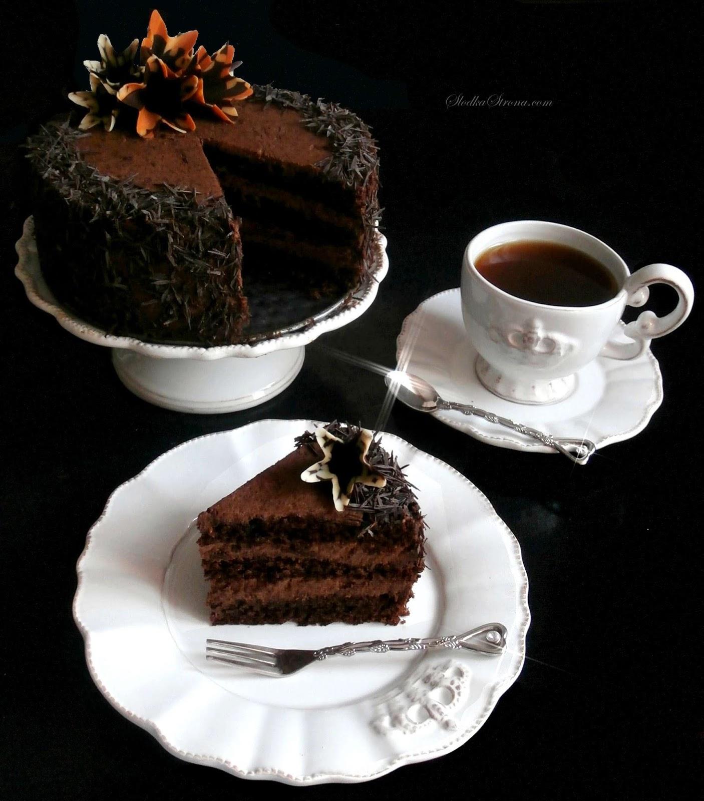 Wilgotny Tort Czekoladowy z Aksamitnym Kremem na Bazie Kremówki i Czekolady - Przepis - Słodka Strona