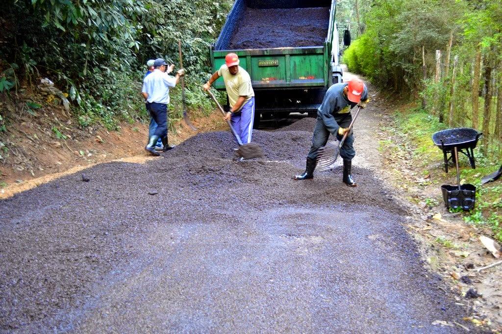 Frentes de trabalho executam recapeamento de via em Pimenteiras