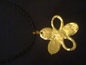 colar de couro c lindo pingente de flor dourada