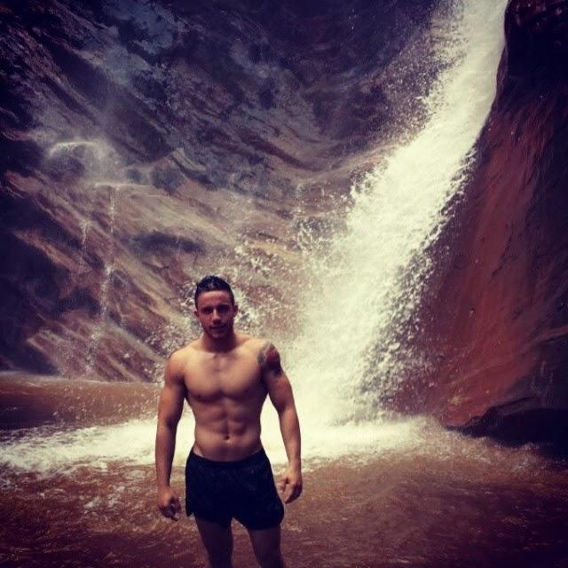 Phillipe Araújo, Mister Sarzedo 2014, se refresca na cachoeira da Serra, em Belo Vale, interior de Minas Gerais. Foto: Arquivo pessoal
