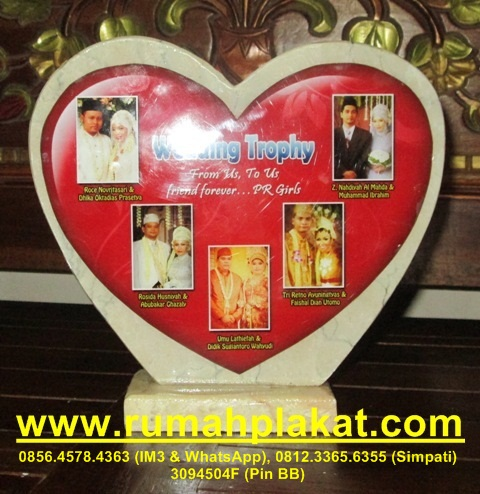 Plakat Penghargaan Pernikahan Wedding Bergilir, Format Ukuran Tulisan Plakat Wedding Murah Malang, Tempat Bikin Piala Pernikahan Desain Bagus, 0812.3365.6355, www.rumahplakat.com