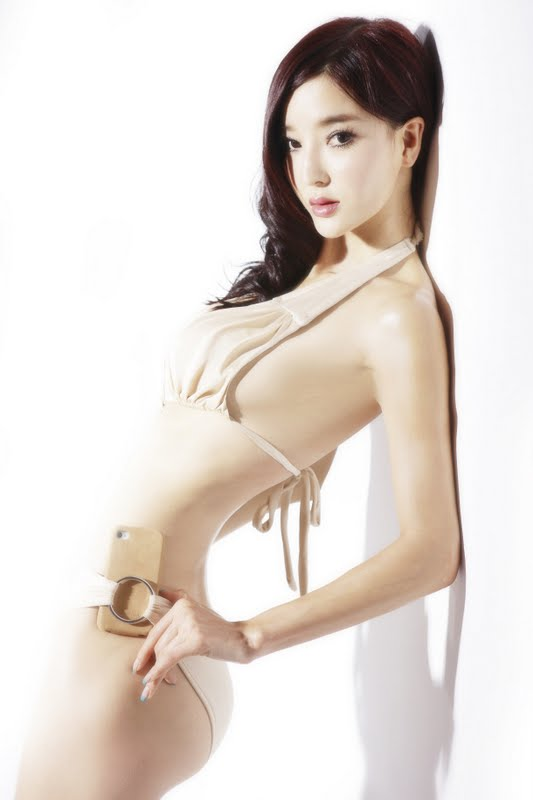 Li Ying Zhi Sexy in Beige Monokini