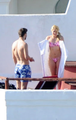 shakira en sexy pequeño diminuto bikini rosa y lila en ibiza españa